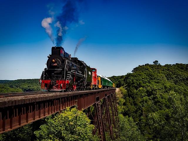 treno su ponte sospeso